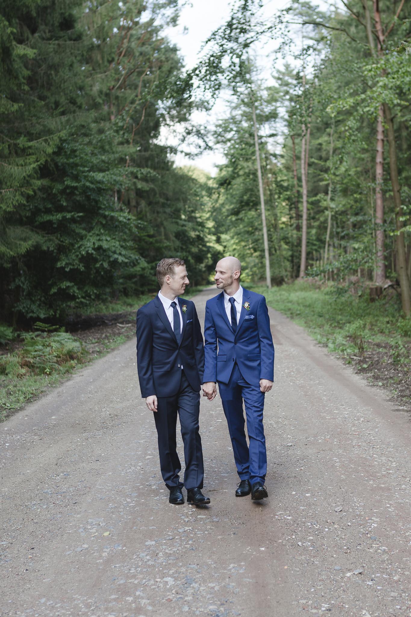 Spaziergang Hand in Hand nach der gleichgeschlechtliche Hochzeit