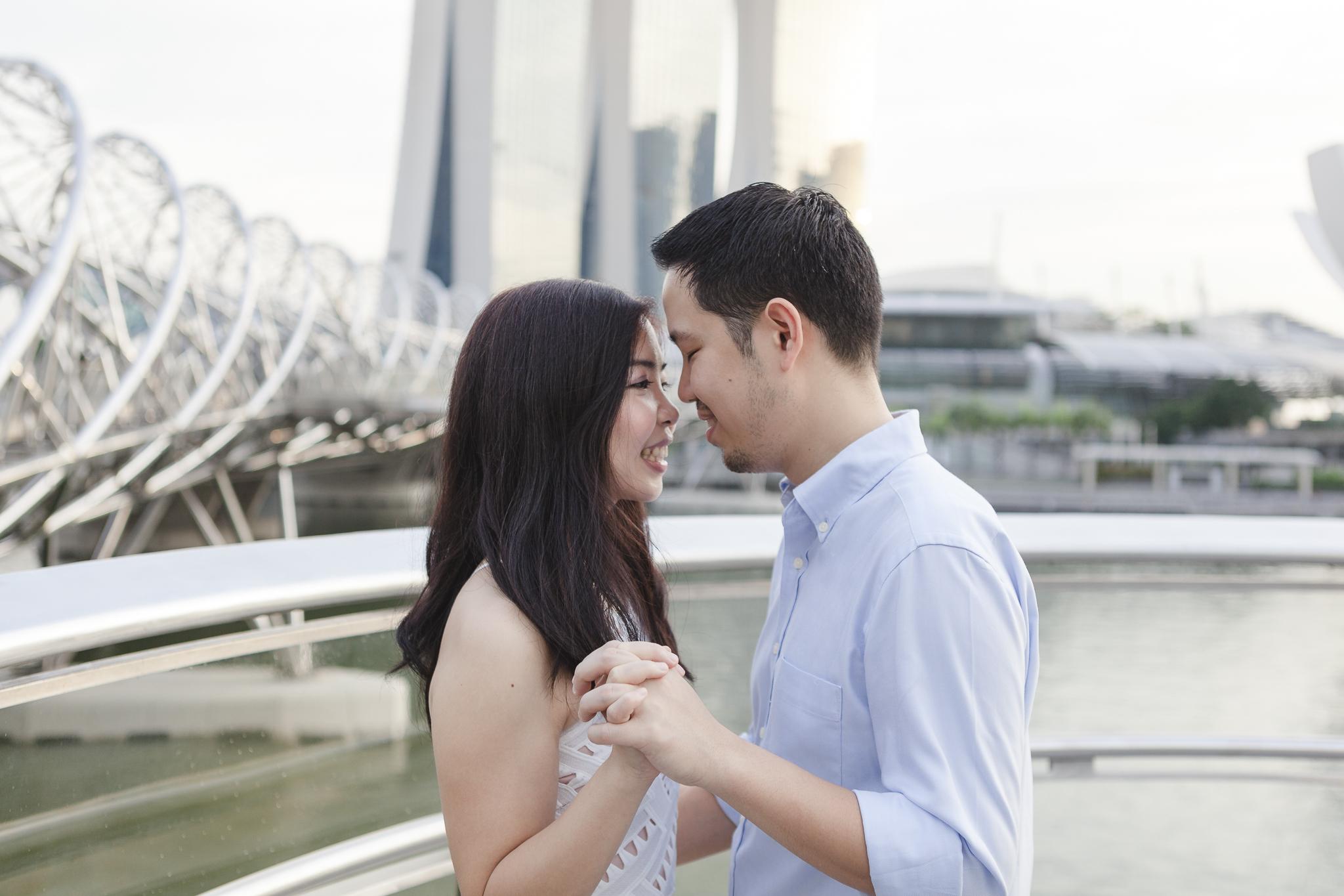 Paarshooting Hamburg - Paar in Singapur lächelt sich verliebt an