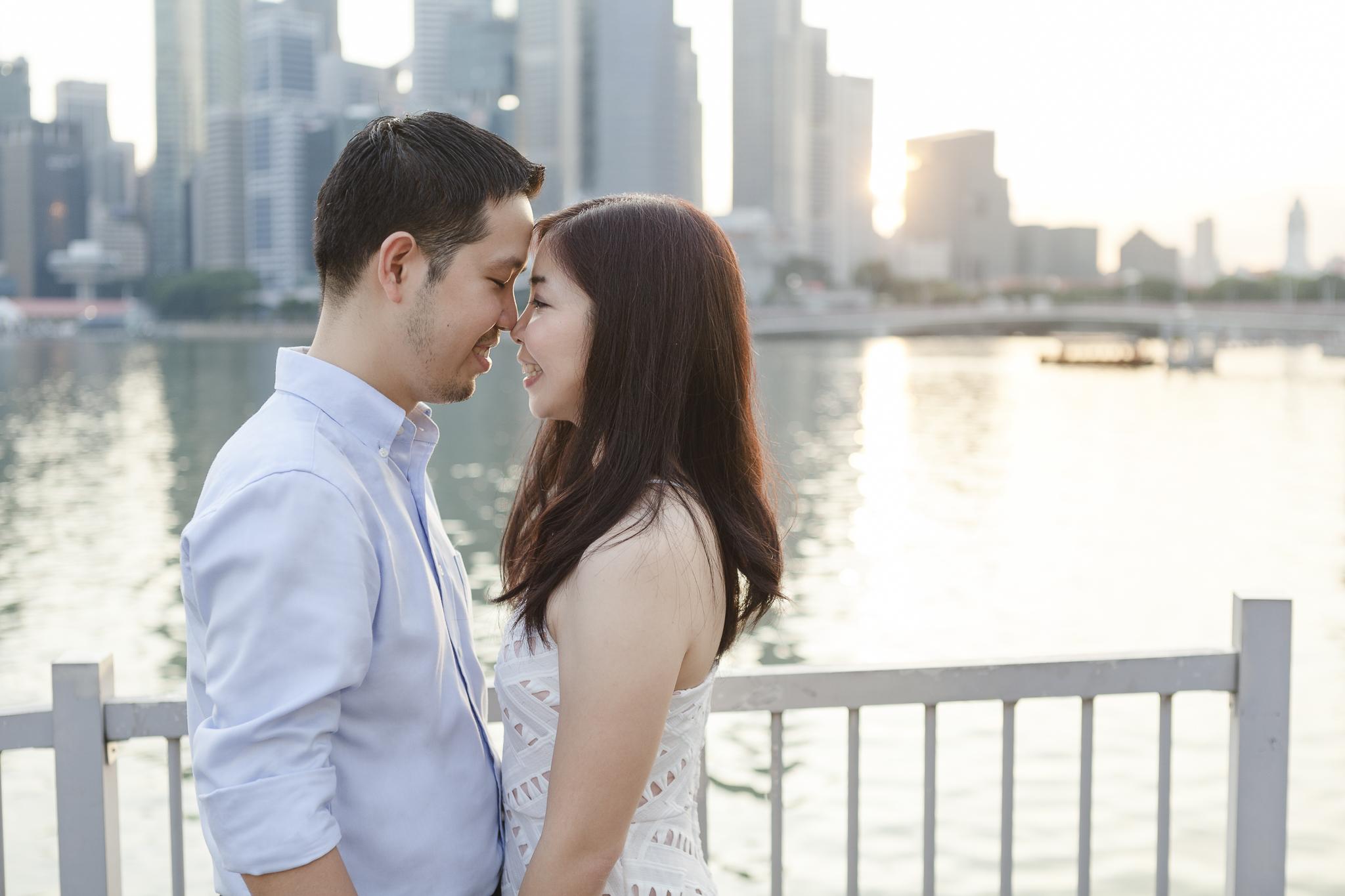 Paarshooting in Singapur - Paar in Singapur kuschelt sich aneinander