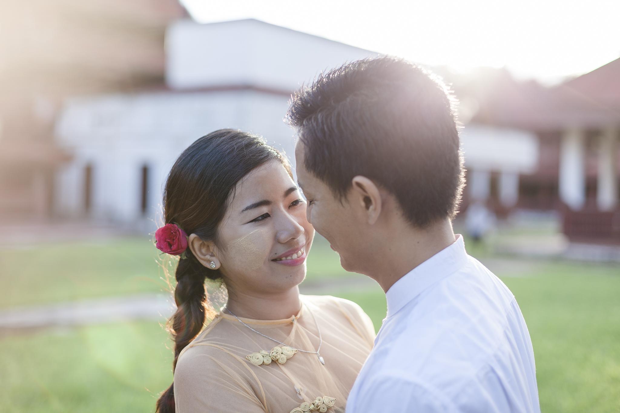 Paarfotos in Mandalay - burmesisches Pärchen schaut sich verliebt an