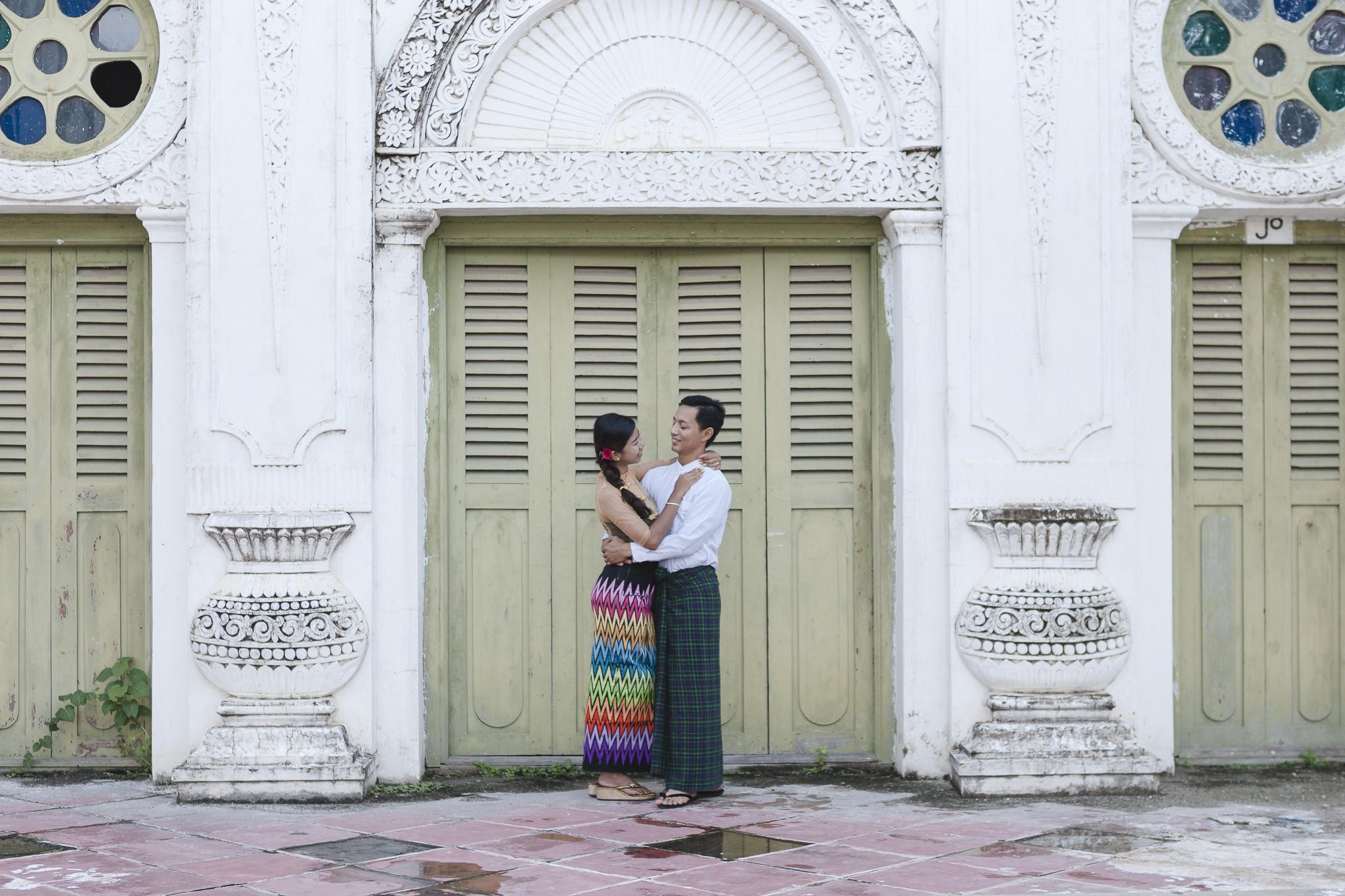Paarfotos in Mandalay - burmesisches Pärchen vor einem alten Palastgebäude