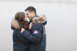 Paarshooting Hamburg - Paar in dicken Jacken küsst sich fast