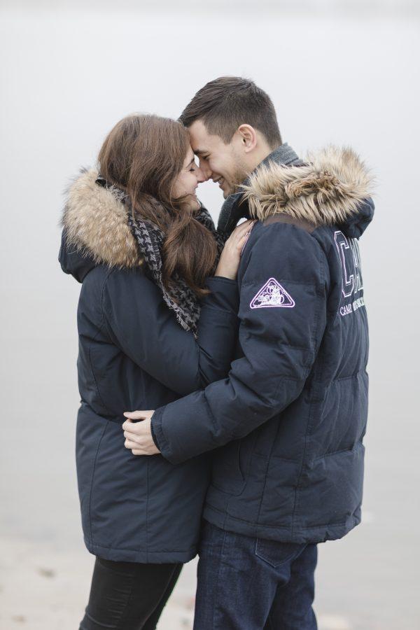 Paarshooting Hamburg - Paar in dicken Jacken küsst sich