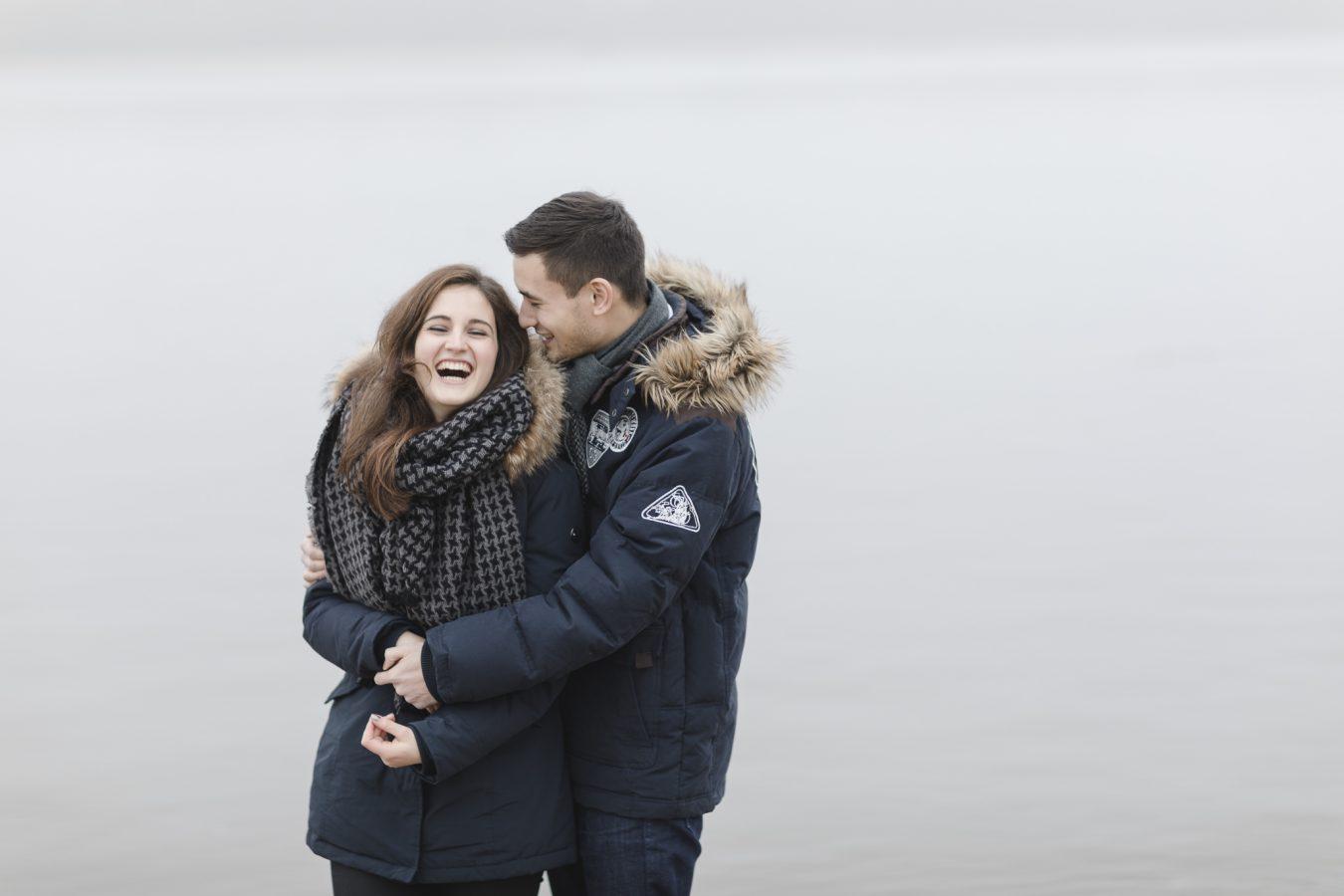Paarshooting Hamburg - Paar in dicken Jacken lacht herzhaft