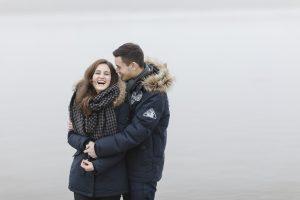 Paarshooting oder Engagementshooting in Hamburg - Paar in dicken Jacken lacht herzhaft