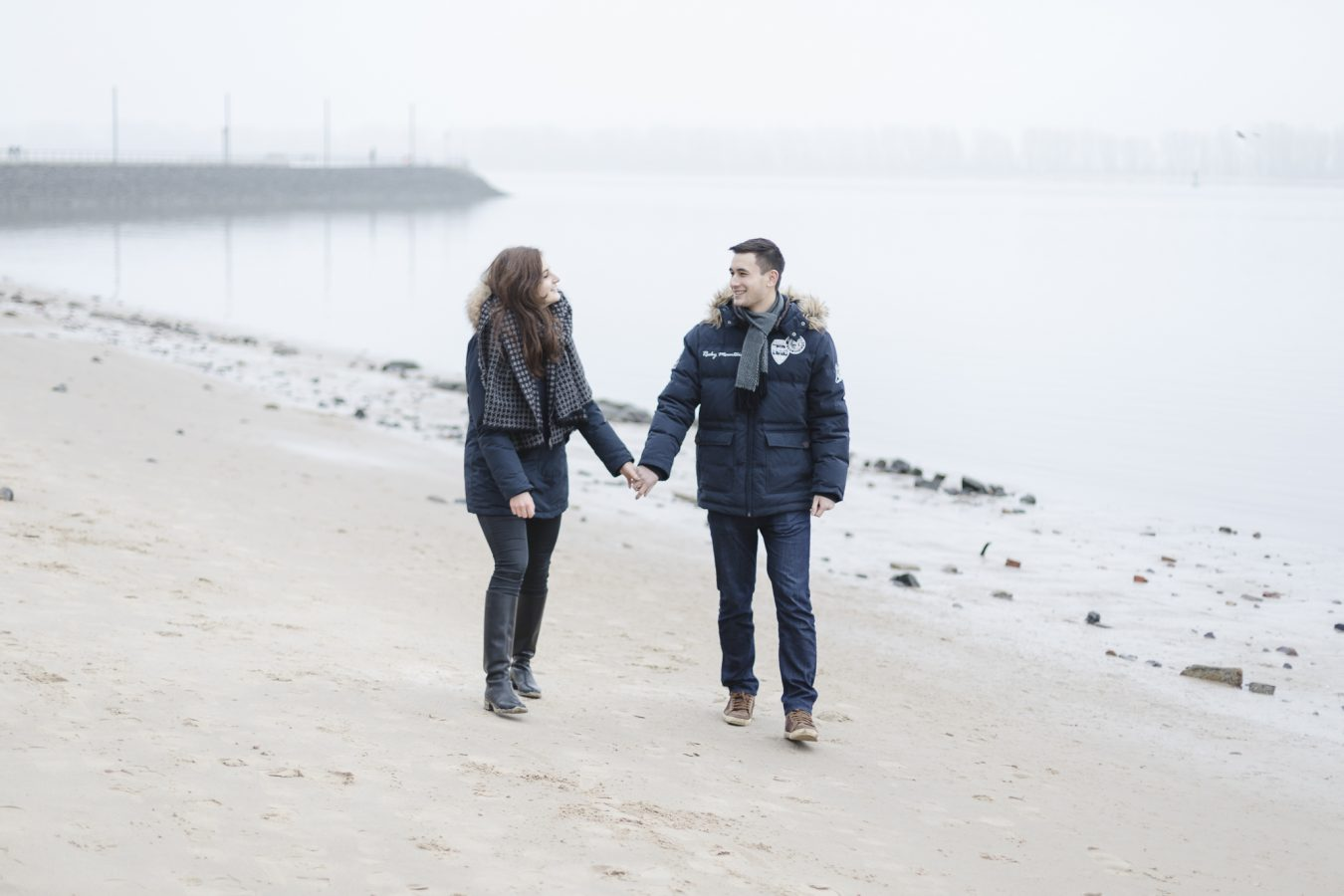 Paarshooting Hamburg - Paar in dicken Jacken geht gemeinsam am Strand entlang