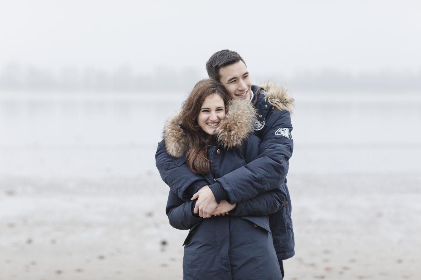 Paarshooting Hamburg - Paar in dicken Jacken kuschelt sich aneinander