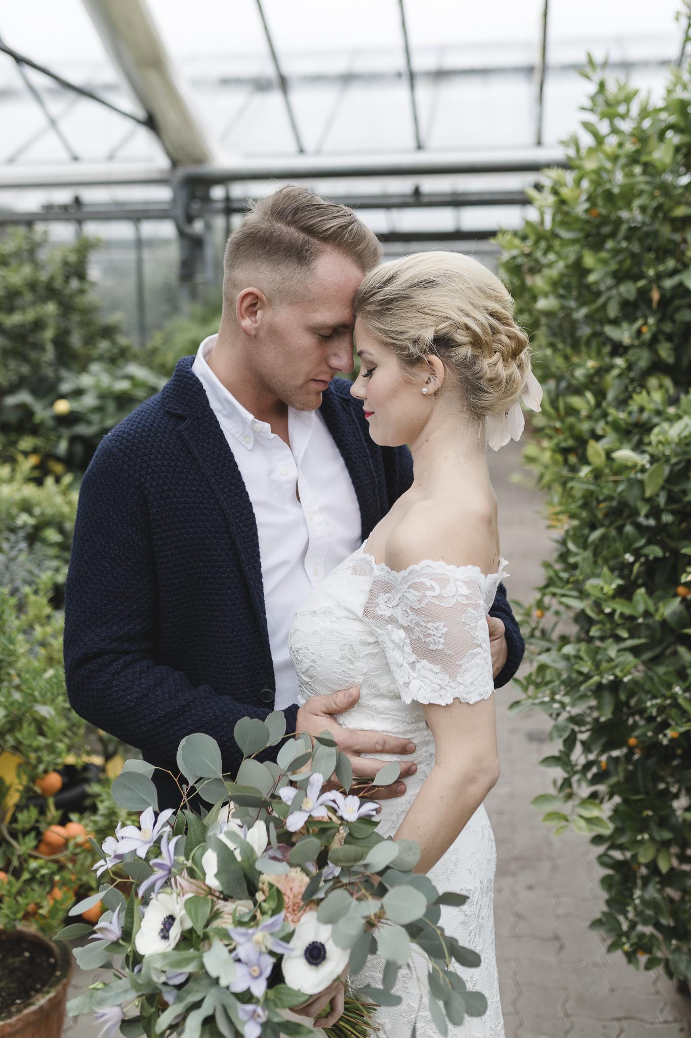 Hochzeitsfotograf Hamburg - Paar steht innig einander zugewandt