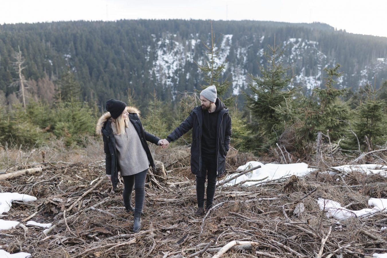 Paarshooting Hamburg - Paar geht im Harz im Unterholz spazieren
