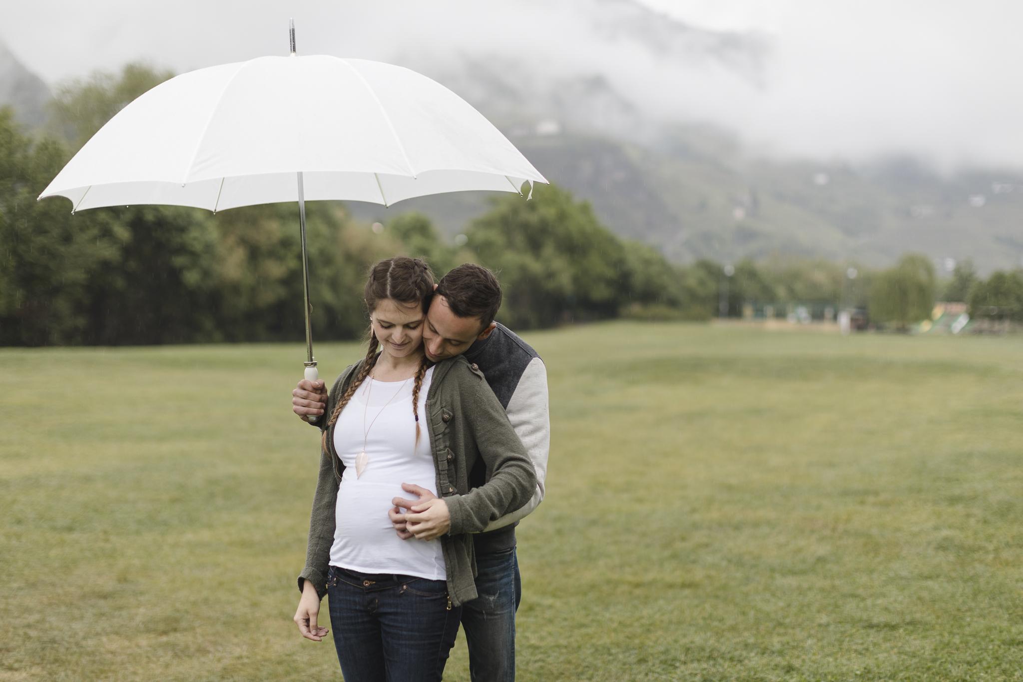 Fotoreise nach Südtirol - Paar steht unter einem großen Regenschirm