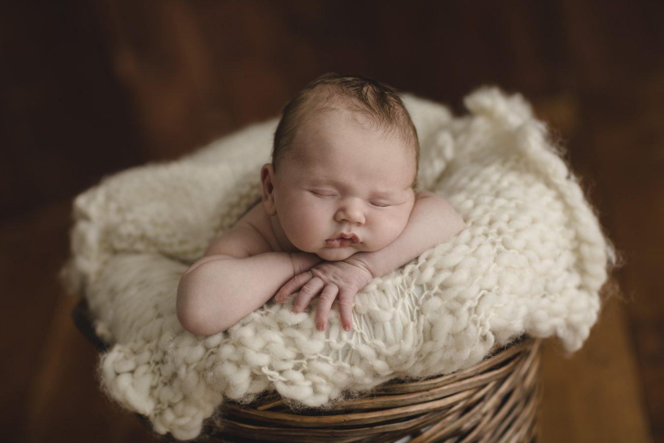 Babyfotograf Hamburg - Baby liegt im Körbchen und schläft