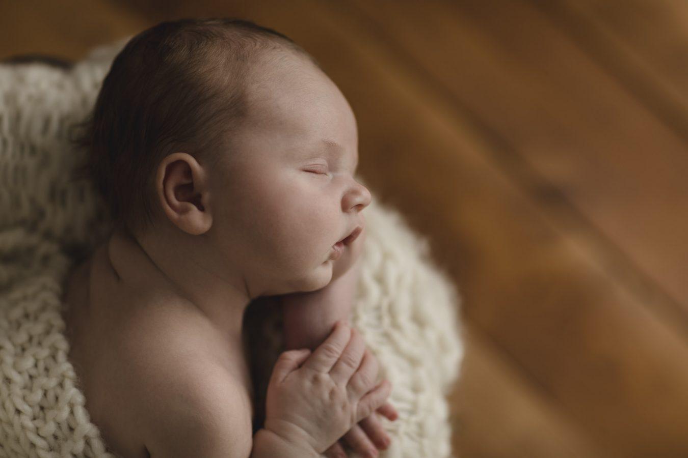 Babyfotograf Hamburg - Baby liegt auf dem Bauch und schläft