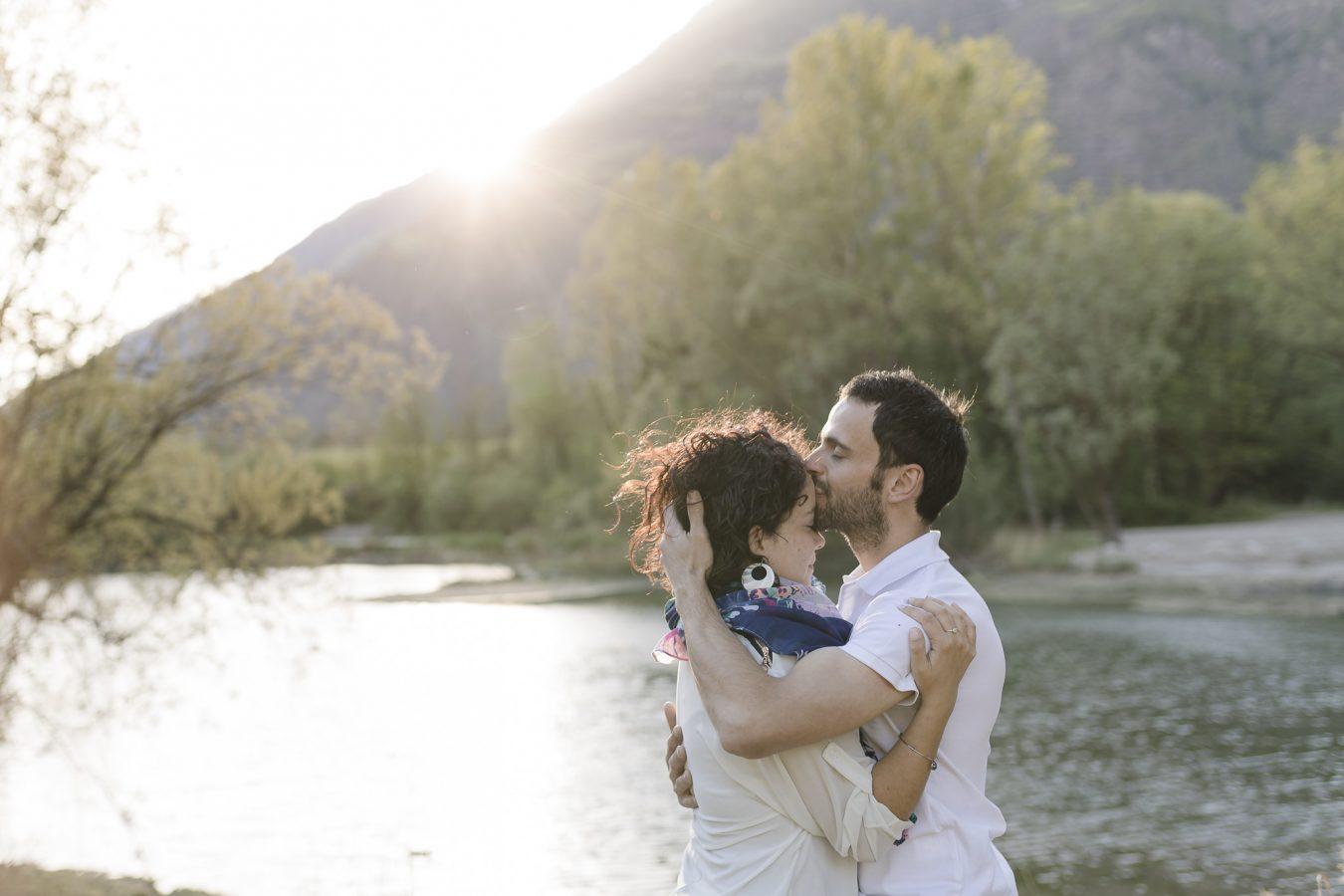 Paarshooting Hamburg - Mann gibt Frau einen Kuss auf die Stirn, die Sonne geht unter