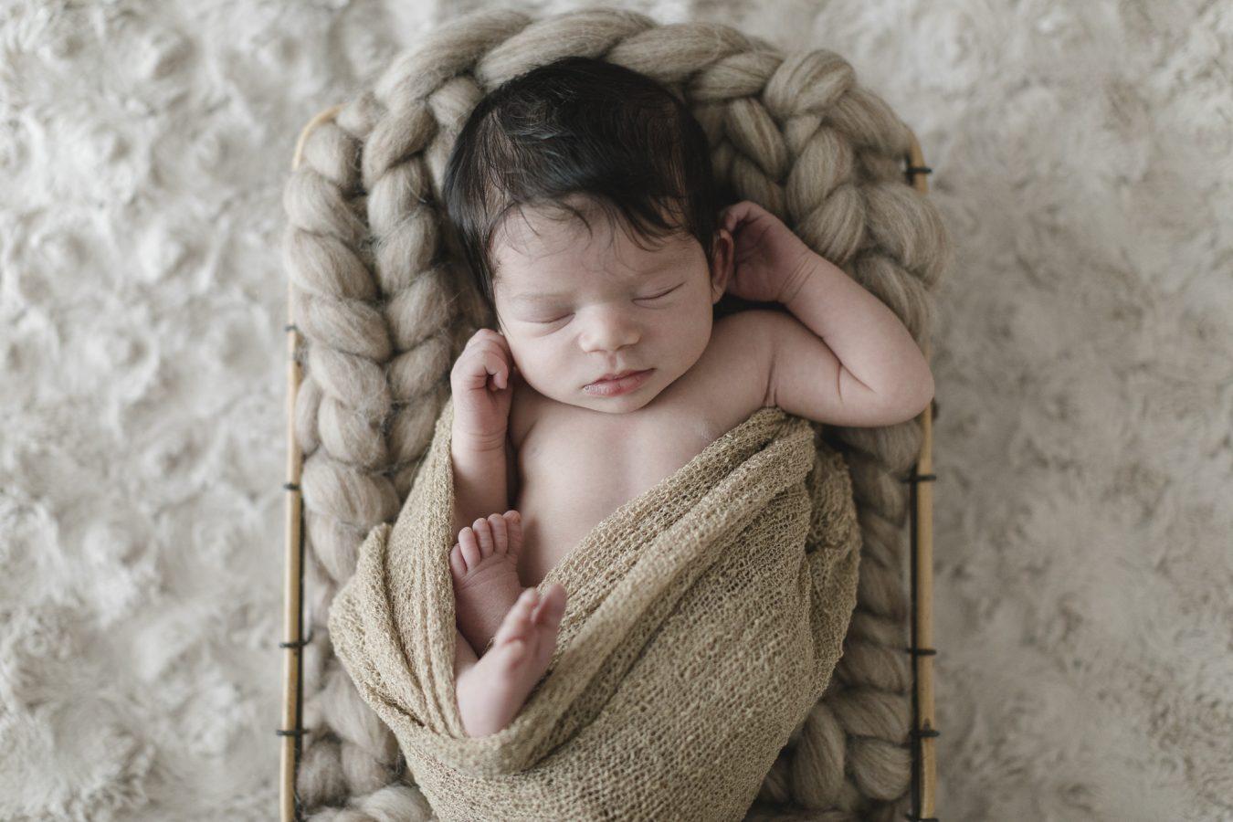 Babyfotograf Hamburg - Baby liegt in einem Körbchen