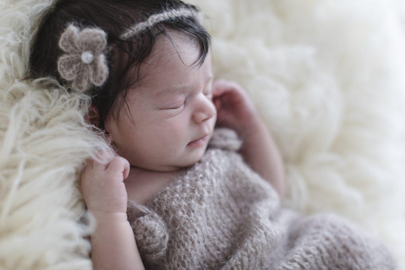 Babyfotograf Hamburg - Baby liegt auf einem Flokati