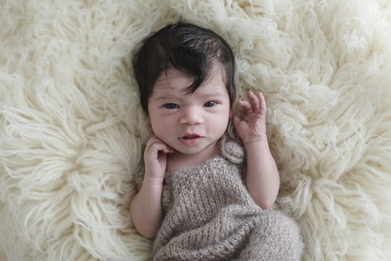 Babyfotograf Hamburg - Baby schaut neugierig in die Kamera