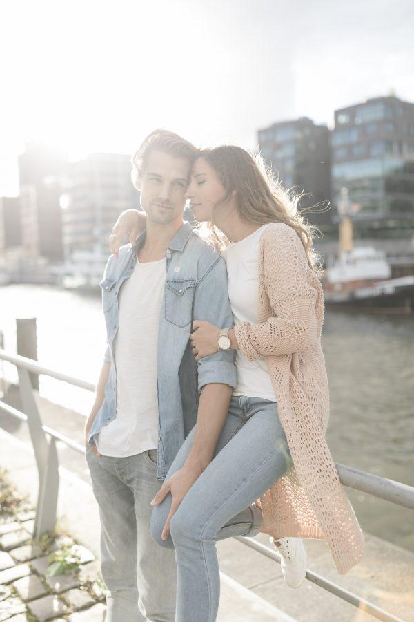 Paarshooting Hamburg - Paar sitzt verliebt am Hafen