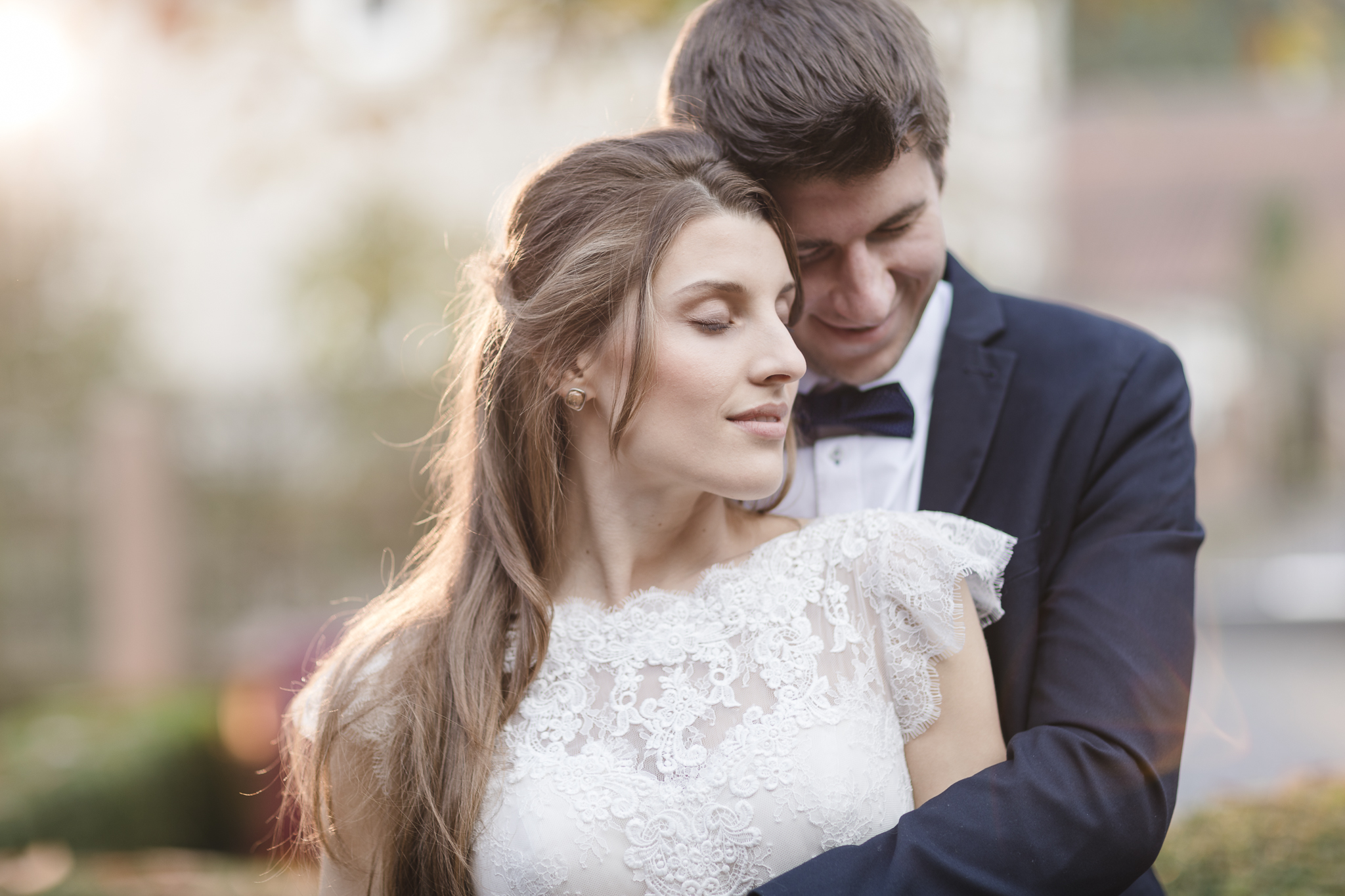 Blitzen bei der Hochzeit - Paar kuschelt sich im Gegenlicht aneinander, dies ist aber keine Sonne