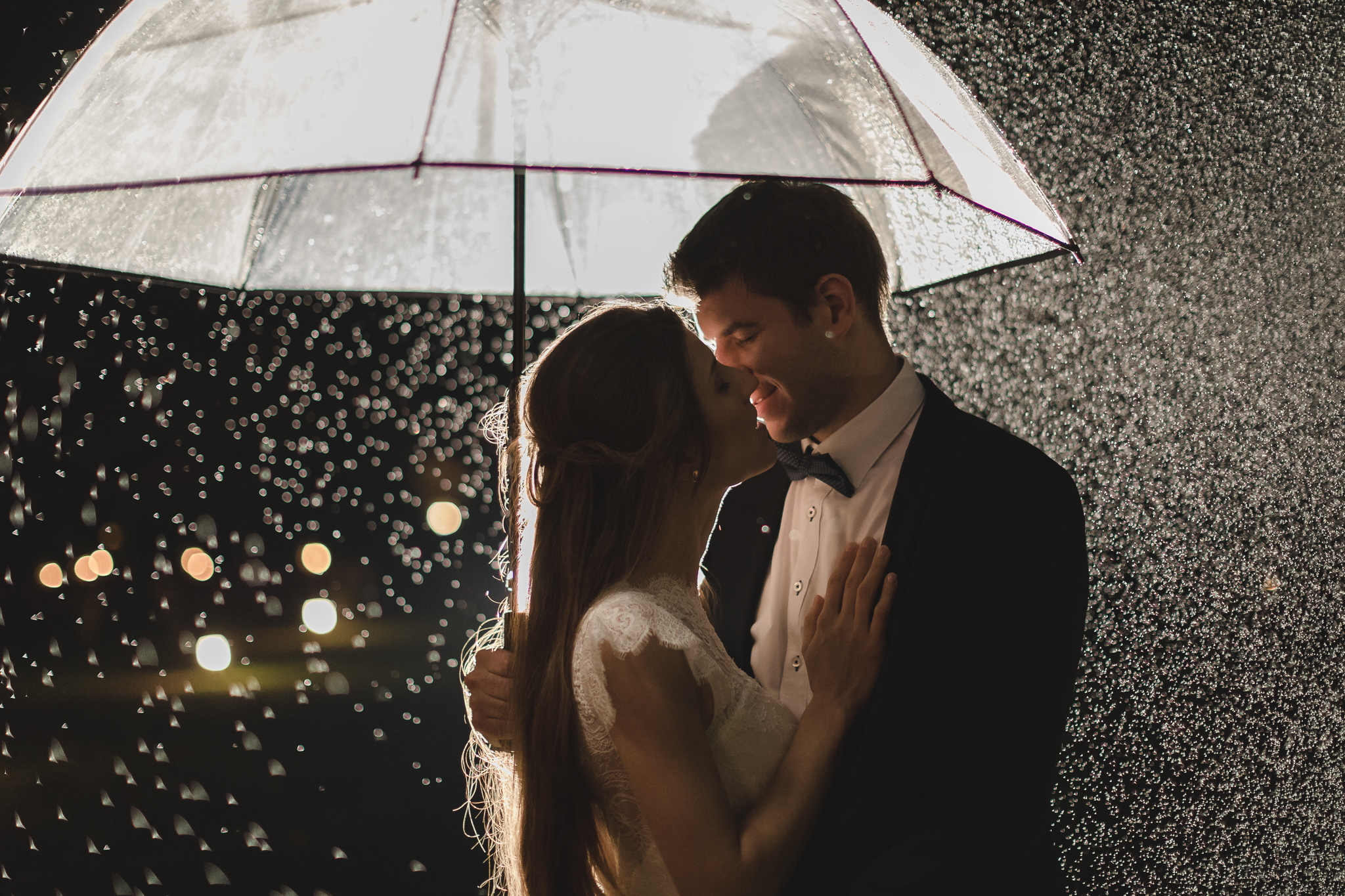 Hochzeitsfotograf Hamburg - Brautpaar im Regen unter großem Schirm
