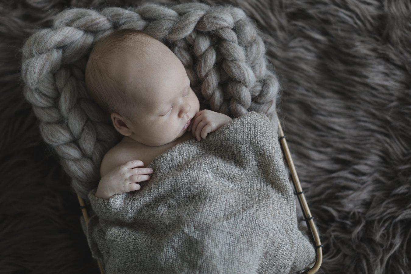 Babyfotograf Hamburg - Baby liegt in einem Körbchen und schläft