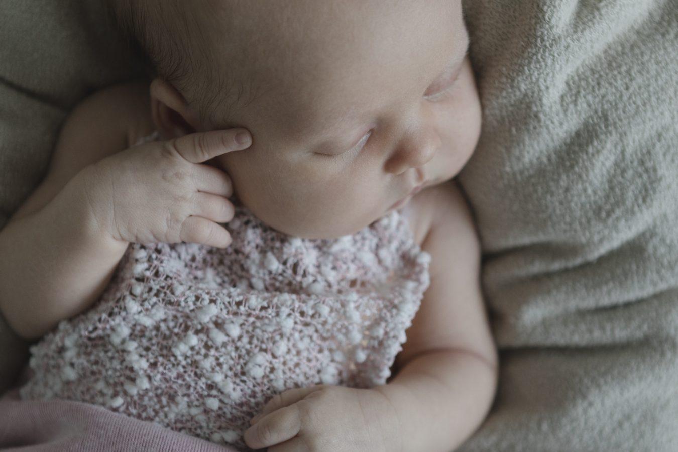 Babyfotograf Hamburg - Baby schläft in Denkerpose