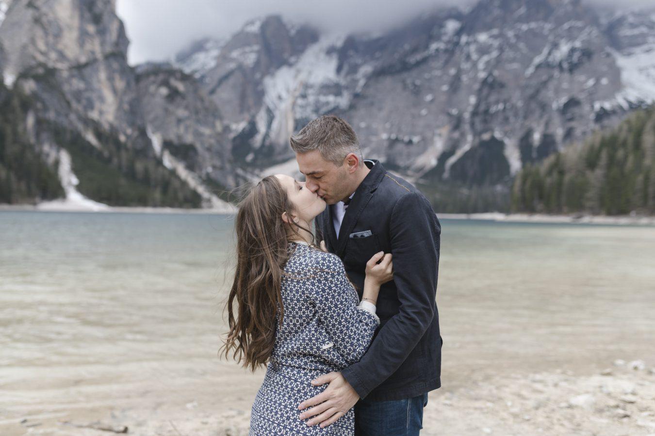 Paarshooting Hamburg - Paar küsst sich vor Bergsee in den Dolomiten