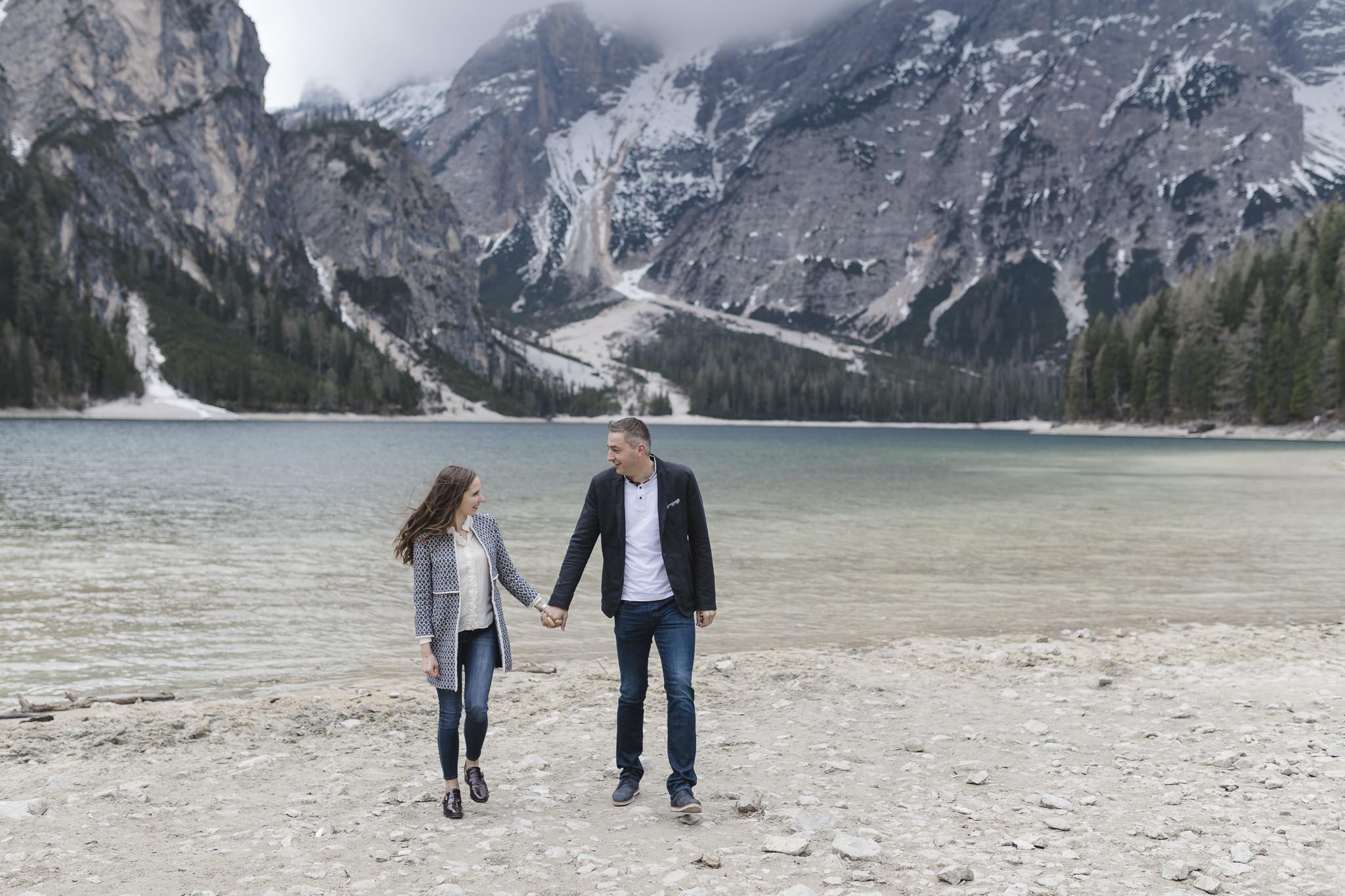 Imagevideo Dreh am Pragser Wildsee - Paar geht händchenhaltend vor Bergsee entlang