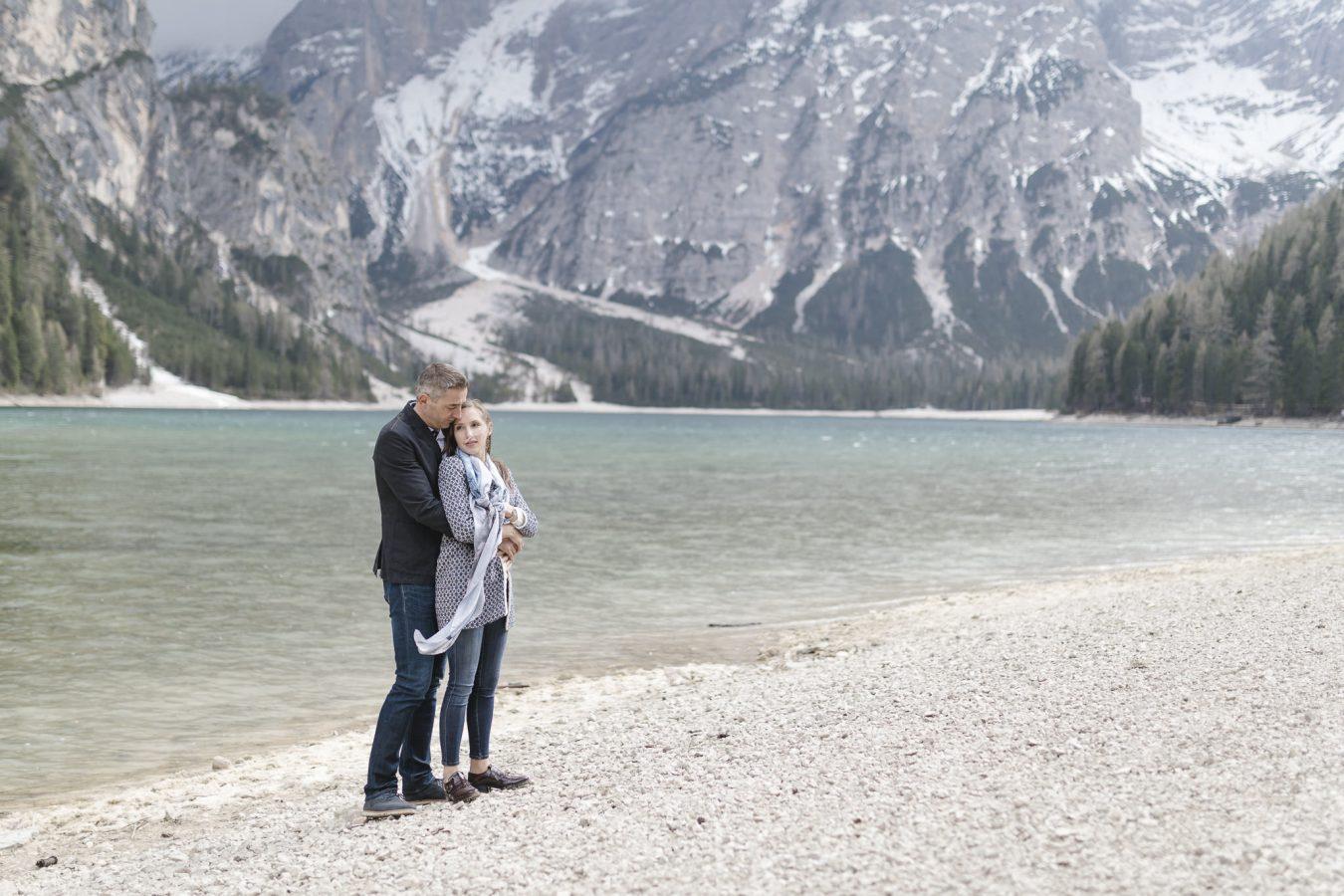 Paarshooting Hamburg - Paar steht eng aneinander gekuschelt vor Bergsee