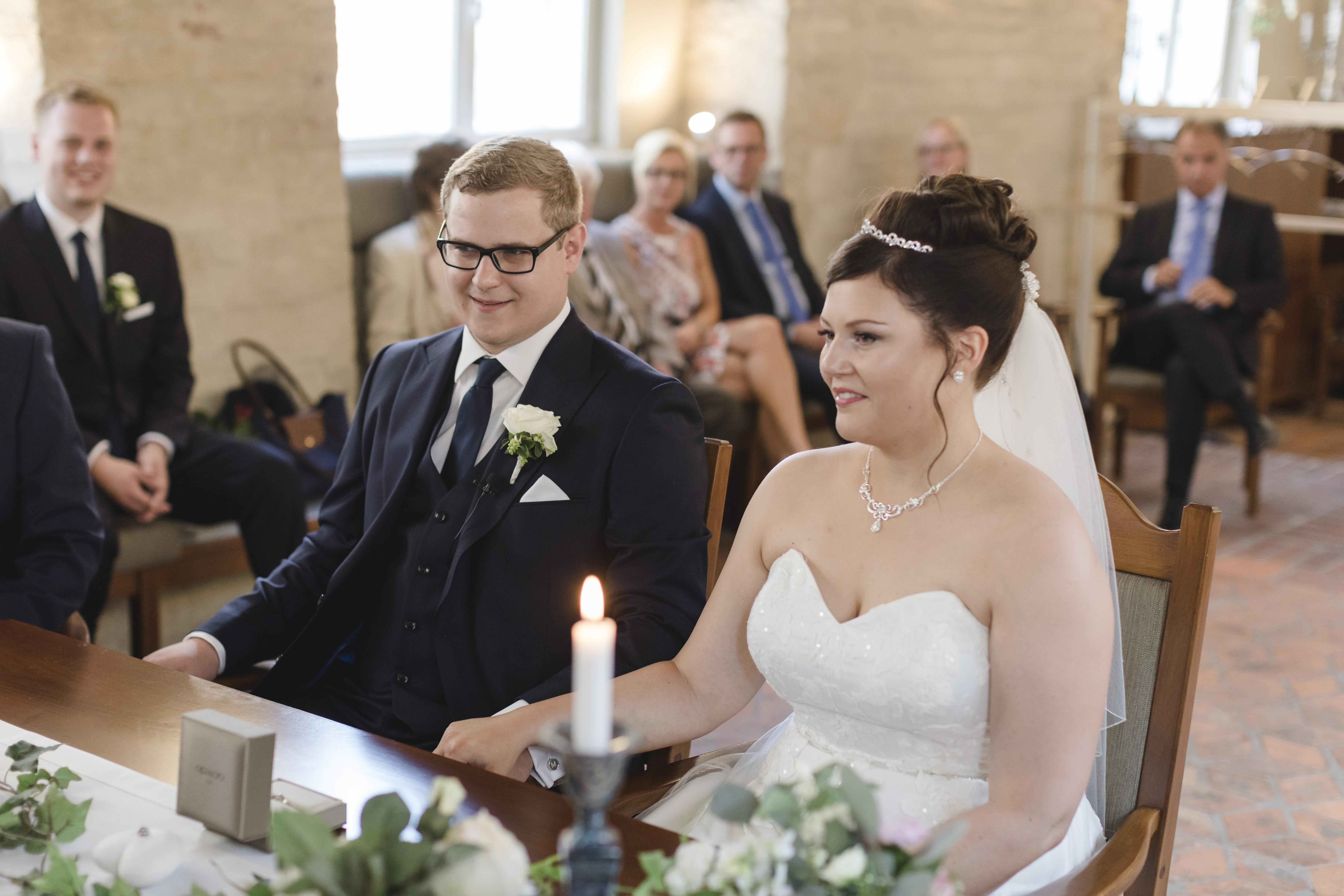 Hochzeitsfotograf Hamburg - Brautpaar lauscht der Traurede