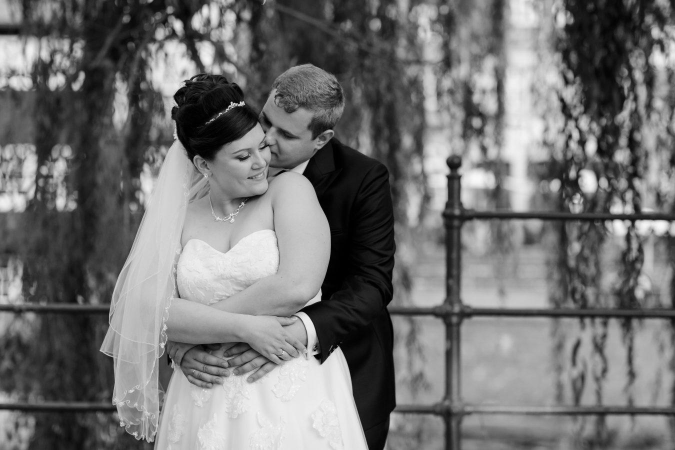 Hochzeitsfotograf Hamburg - Brautpaar steht innig unter Trauerweide