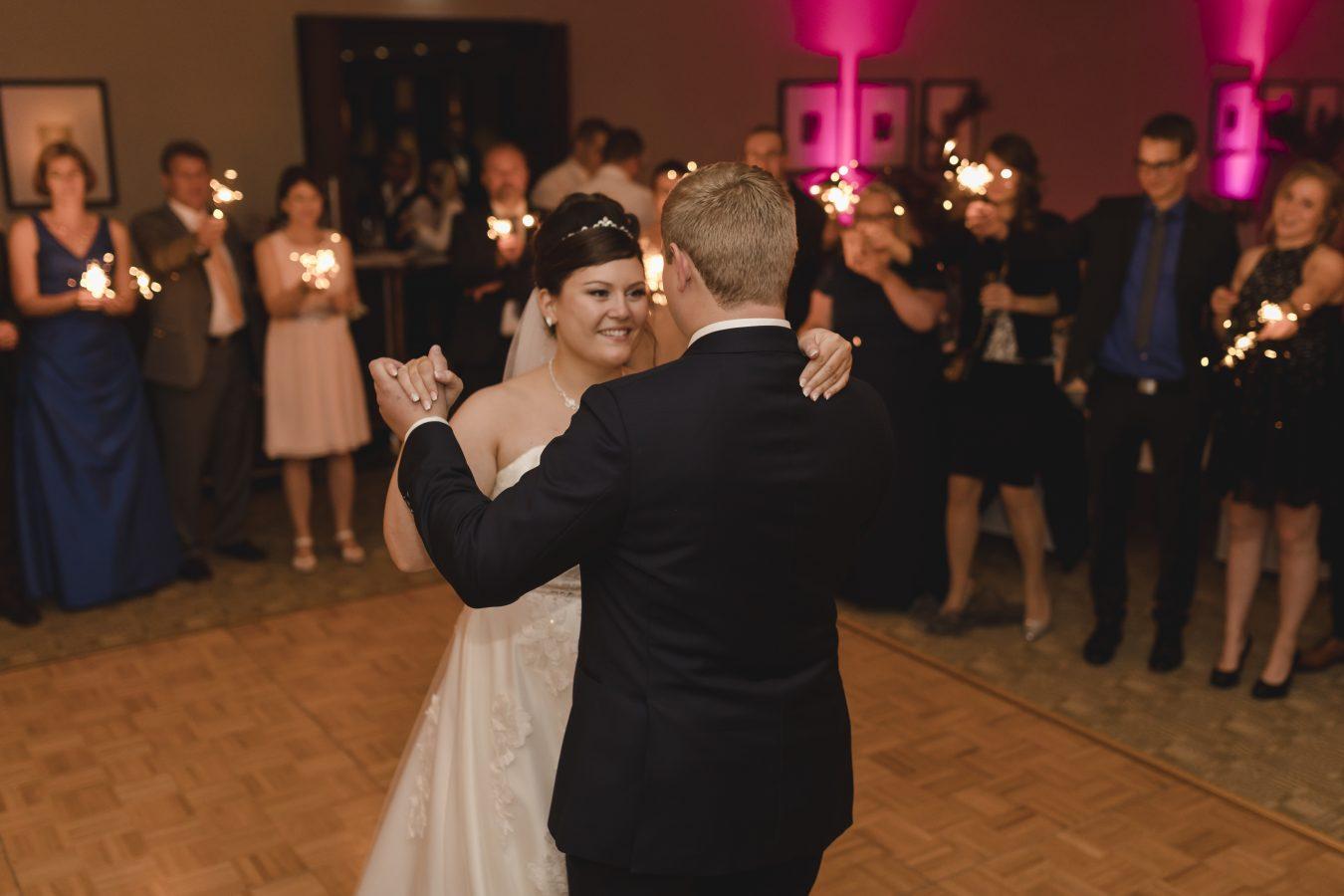 Hochzeitsfotograf Hamburg - Brautpaar beim ersten Tanz