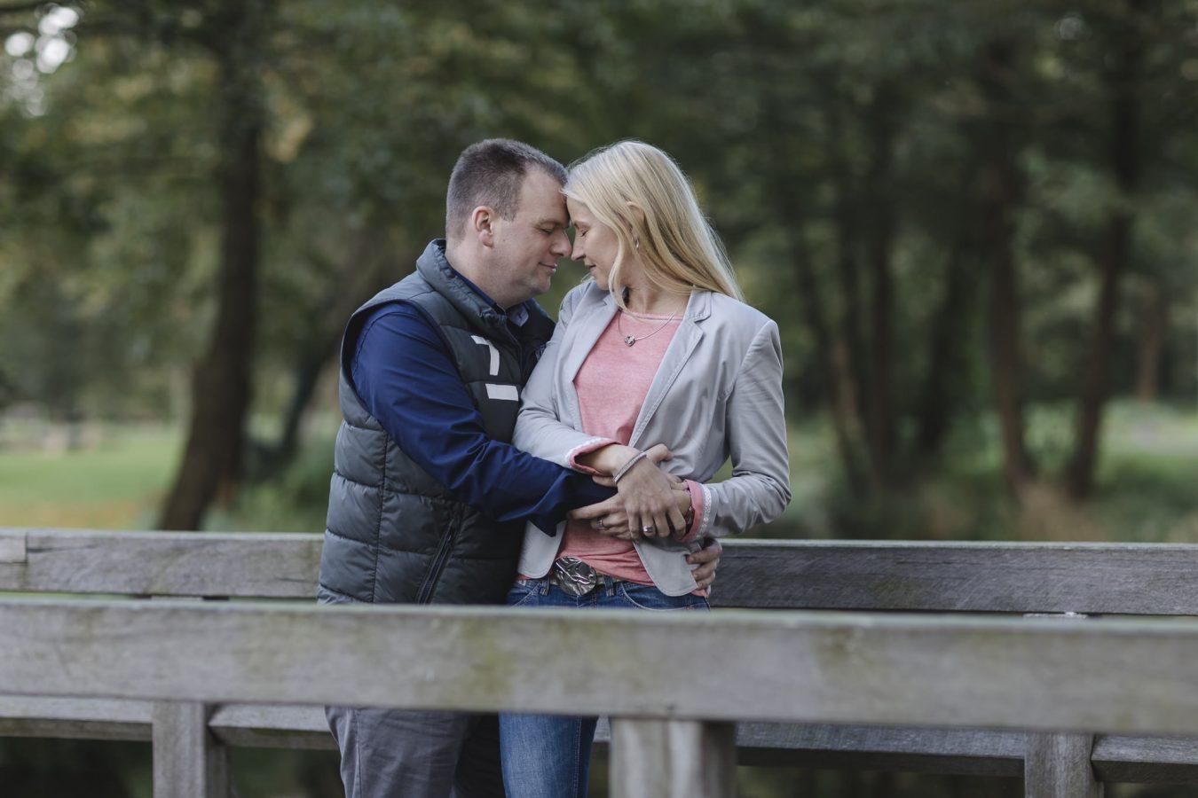 Paarshooting Hamburg - Paar steht Stirn an Stirn auf einer Brücke