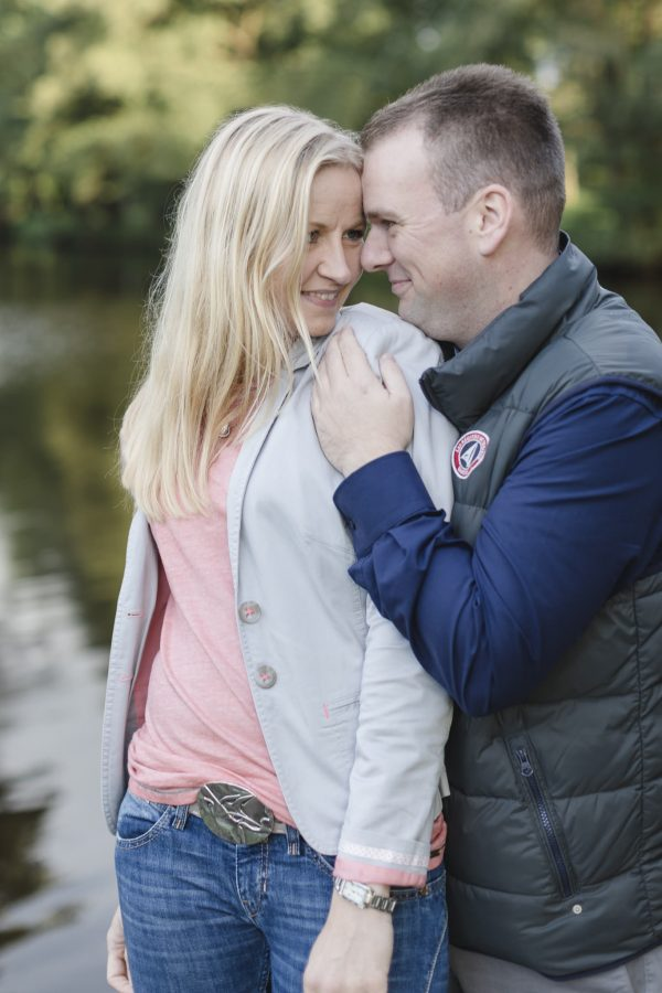 Paarshooting Hamburg - Paar schaut sich tief in die Augen