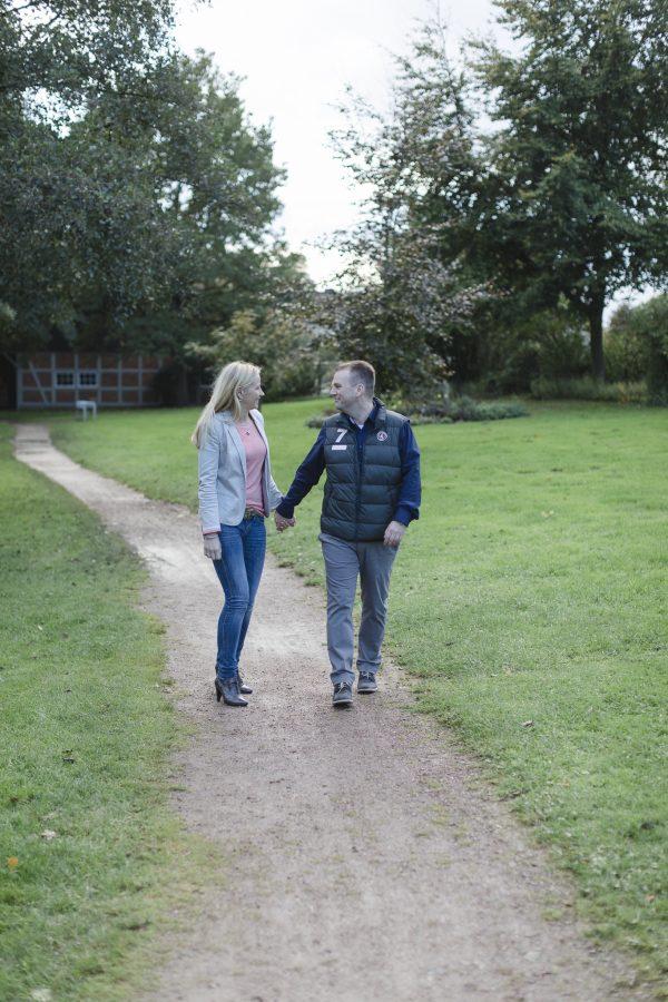 Paarshooting Hamburg - Paar geht im Park spazieren