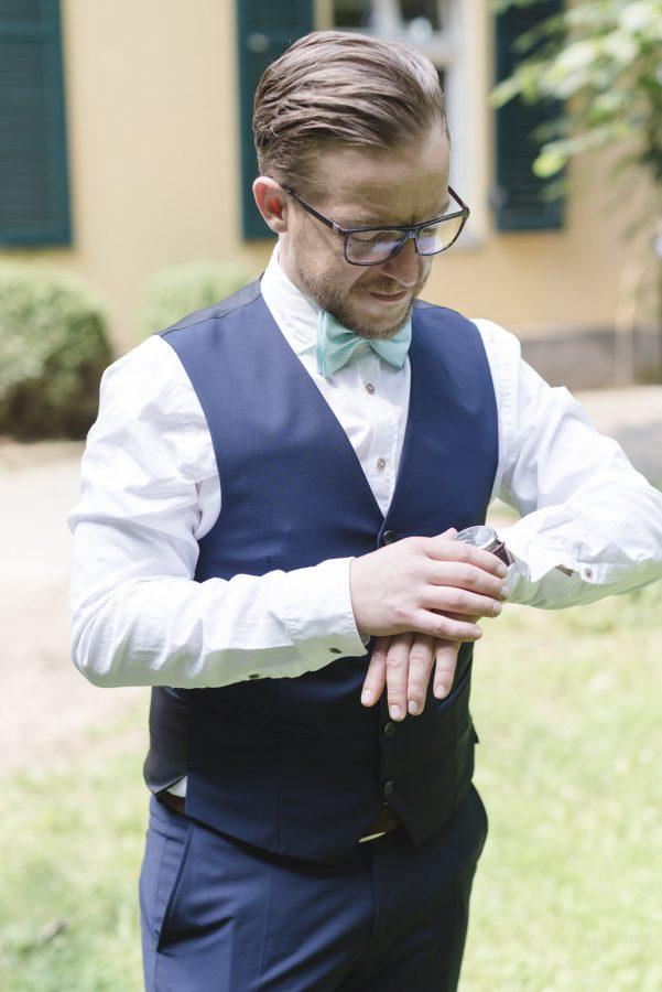 Hochzeitsfotograf Hamburg - Bräutigam schaut ungeduldig auf die Uhr