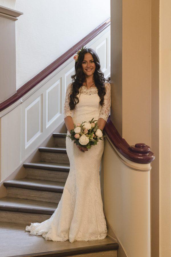 Hochzeitsfotograf Hamburg - Braut steht in Vintage Kleid im Standesamt