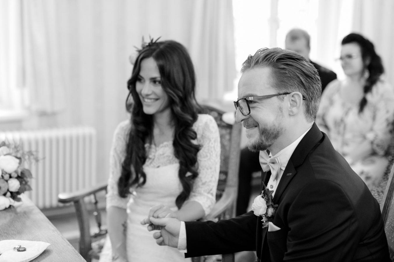 Hochzeitsfotograf Hamburg - Paar bei der standesamtlichen Trauung