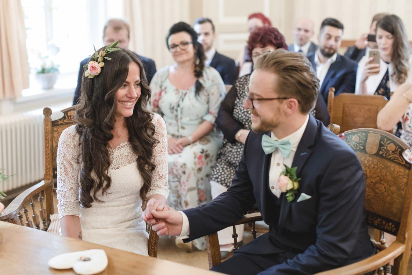 Hochzeitsfotograf Hamburg - Paar lächelt sich im Standesamt an