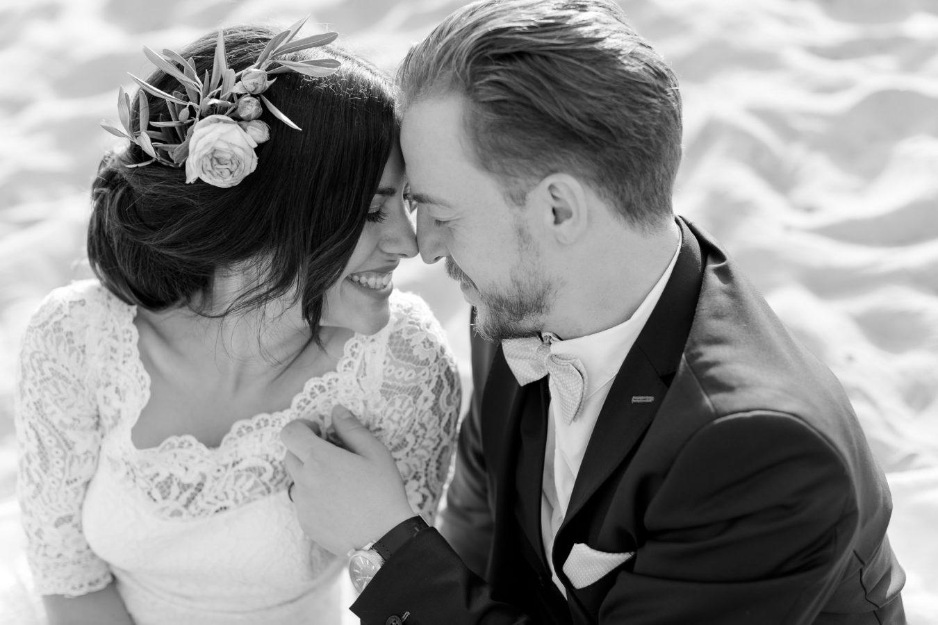 Hochzeitsfotograf Hamburg - Brautpaar schmiegt die Köpfe aneinander und hat die Augen geschlossen