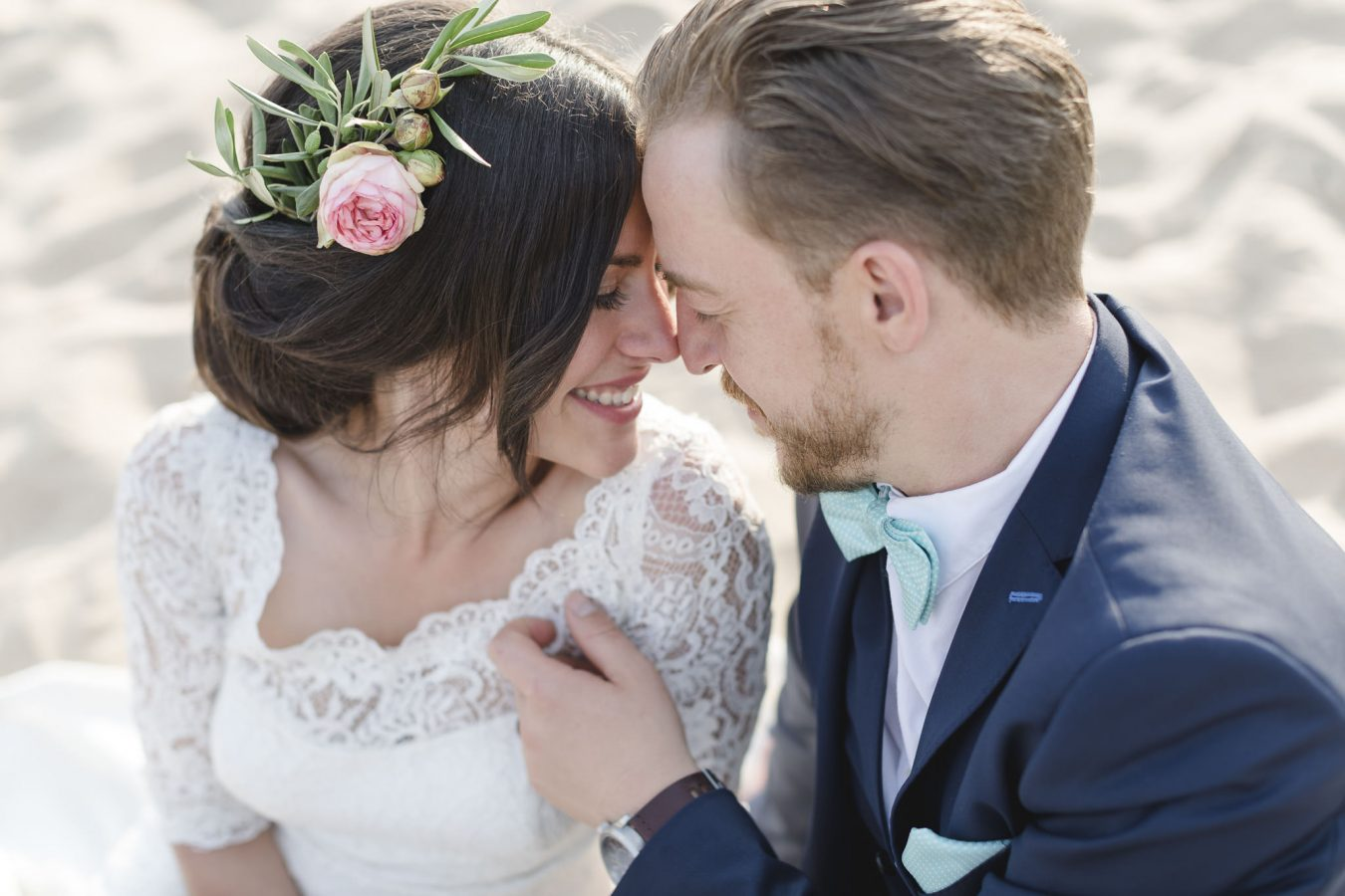 Hochzeitsfotograf Hamburg - Brautppar sitzt Stirn an Stirn mit geschlossenen Augen