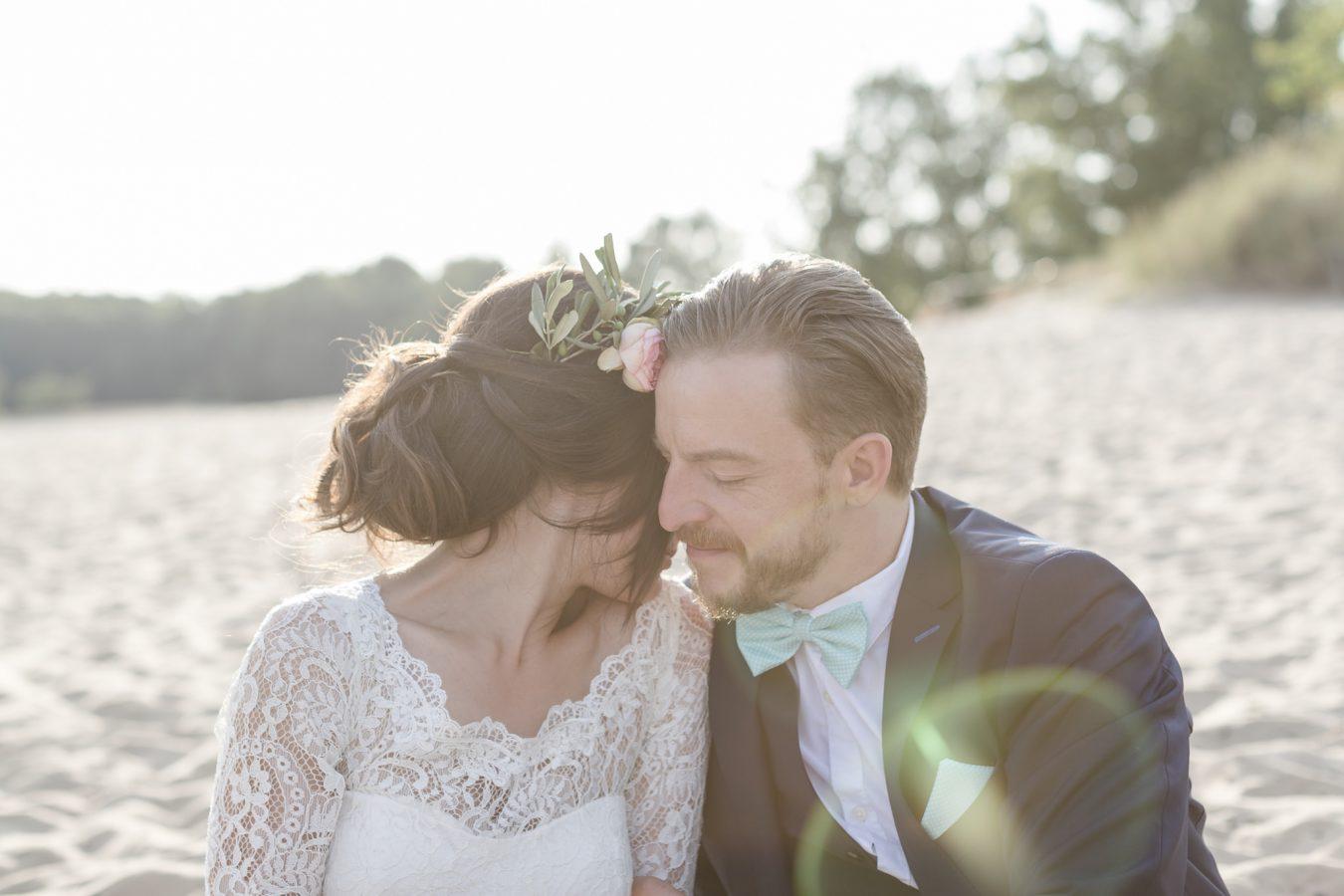 Hochzeitsfotograf Hamburg - Brautpaar kuschelt sich im Gegenlicht aneinander