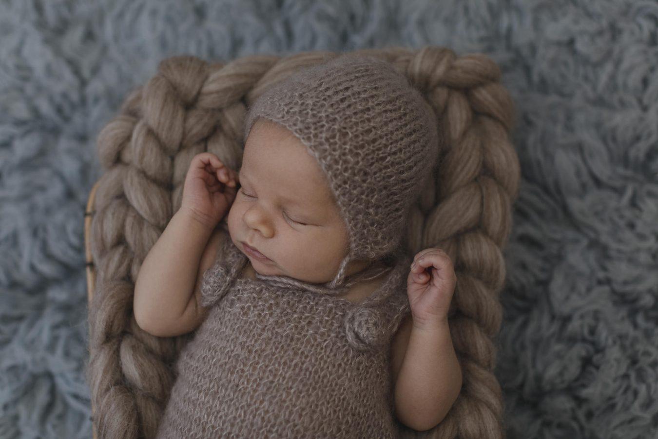 Babyfotograf Hamburg - Baby liegt in Körbchen und schläft