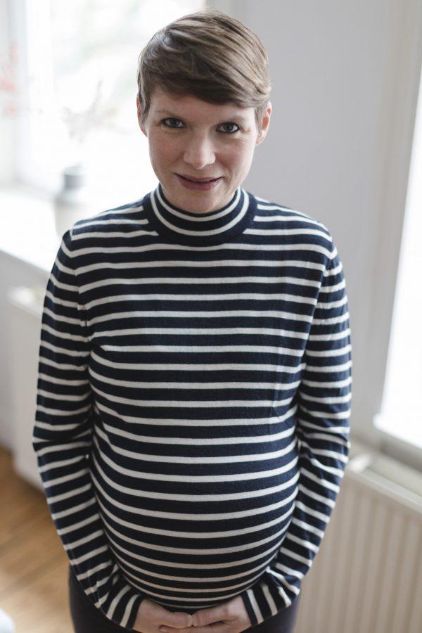 Babyfotograf Hamburg - Schwangere lächelt in die Kamera