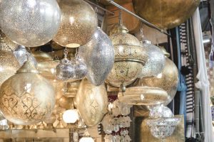 goldene Lampen auf dem Markt in Marrakech
