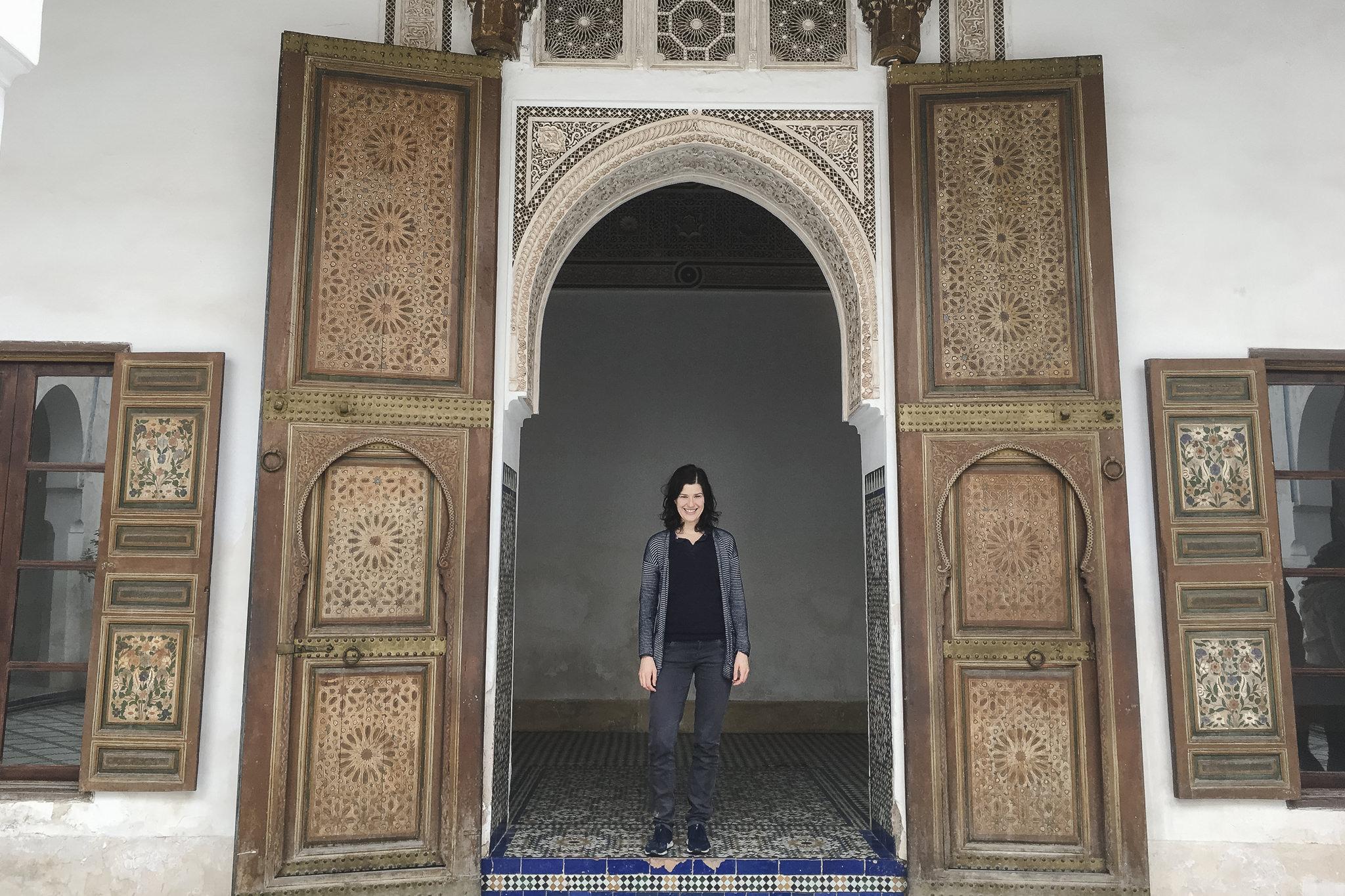 ich stehe in Marrakech vor einer alten orientalischen Tür