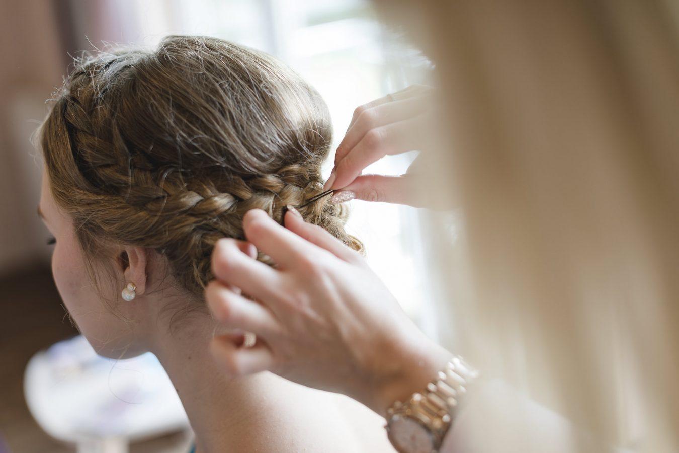Hochzeitsfotograf Hamburg - Strandhochzeit - die Haare der Brautjungfer werden gesteckt