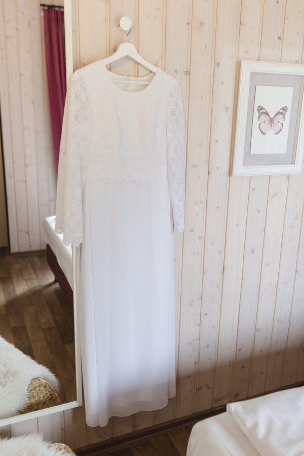 Hochzeitsfotograf Hamburg - Strandhochzeit - Brautkleid hängt am Haken