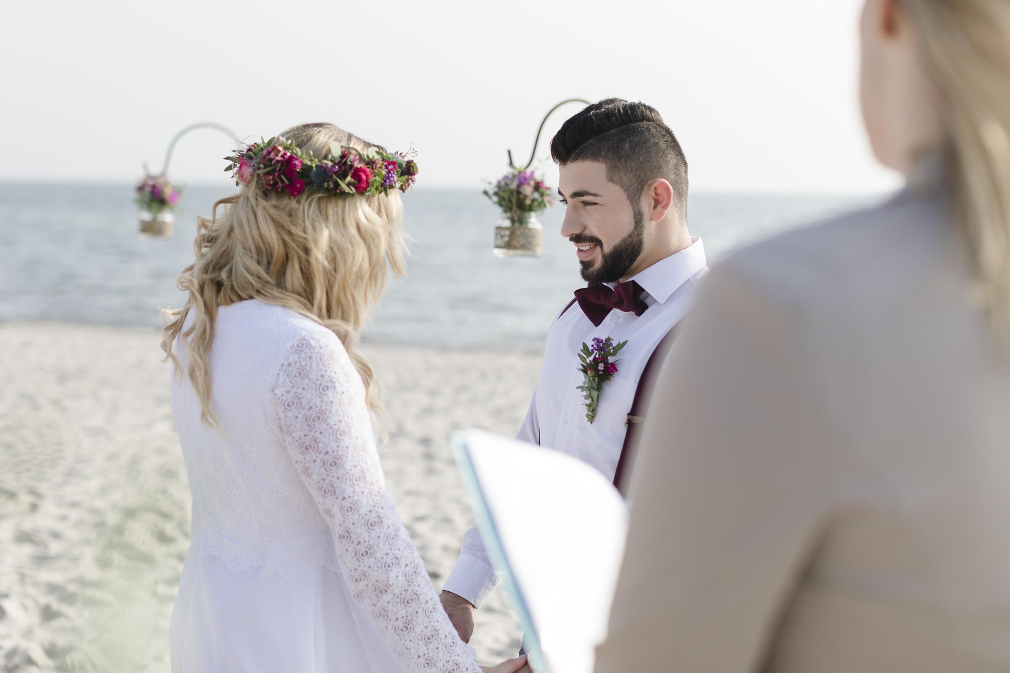 die Trauung persönlich gestalten - das Brautpaar gibt sich das Eheversprechen