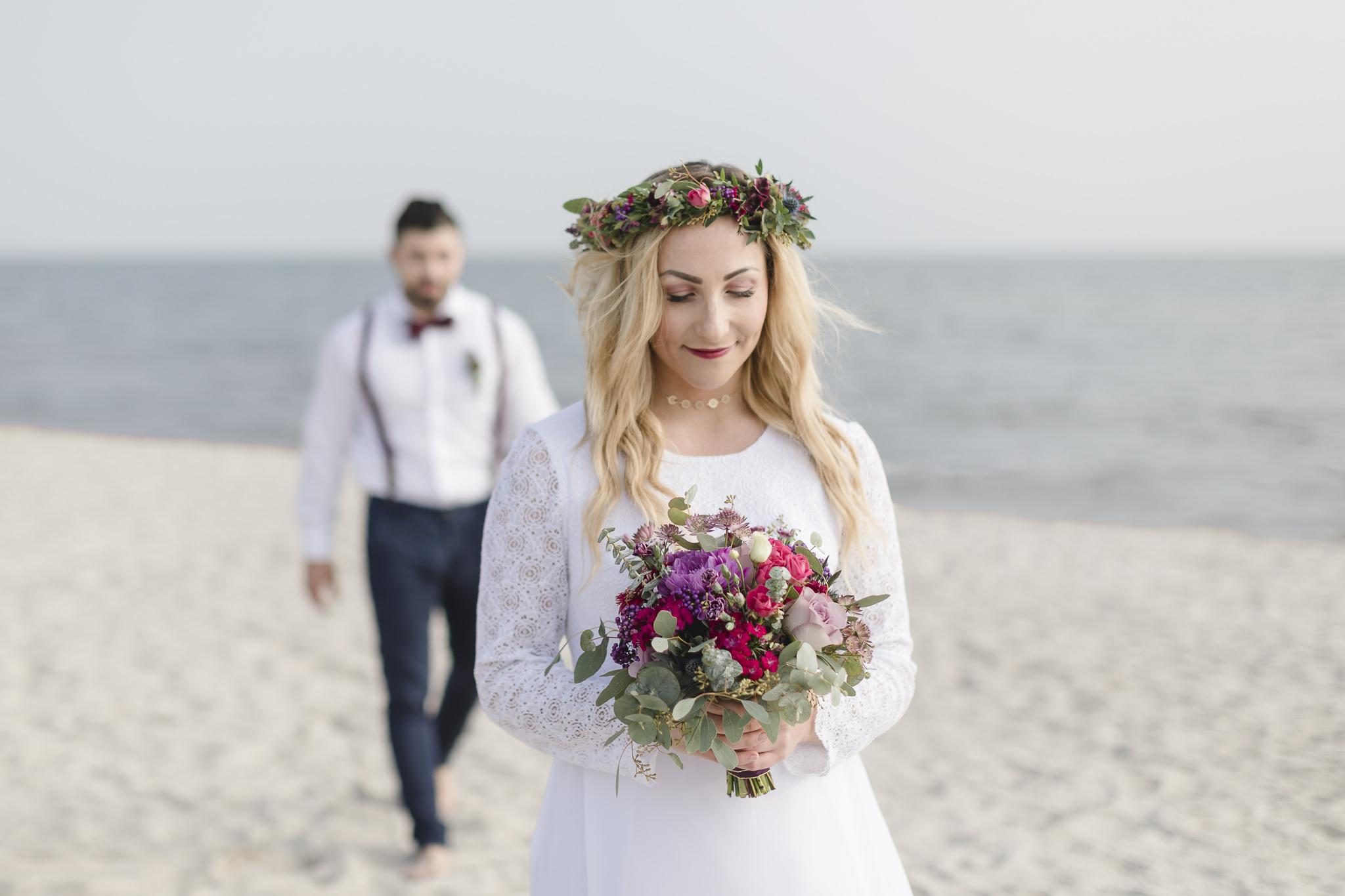 Strandhochzeit - Bräutigam geht beim First Look auf Braut zu