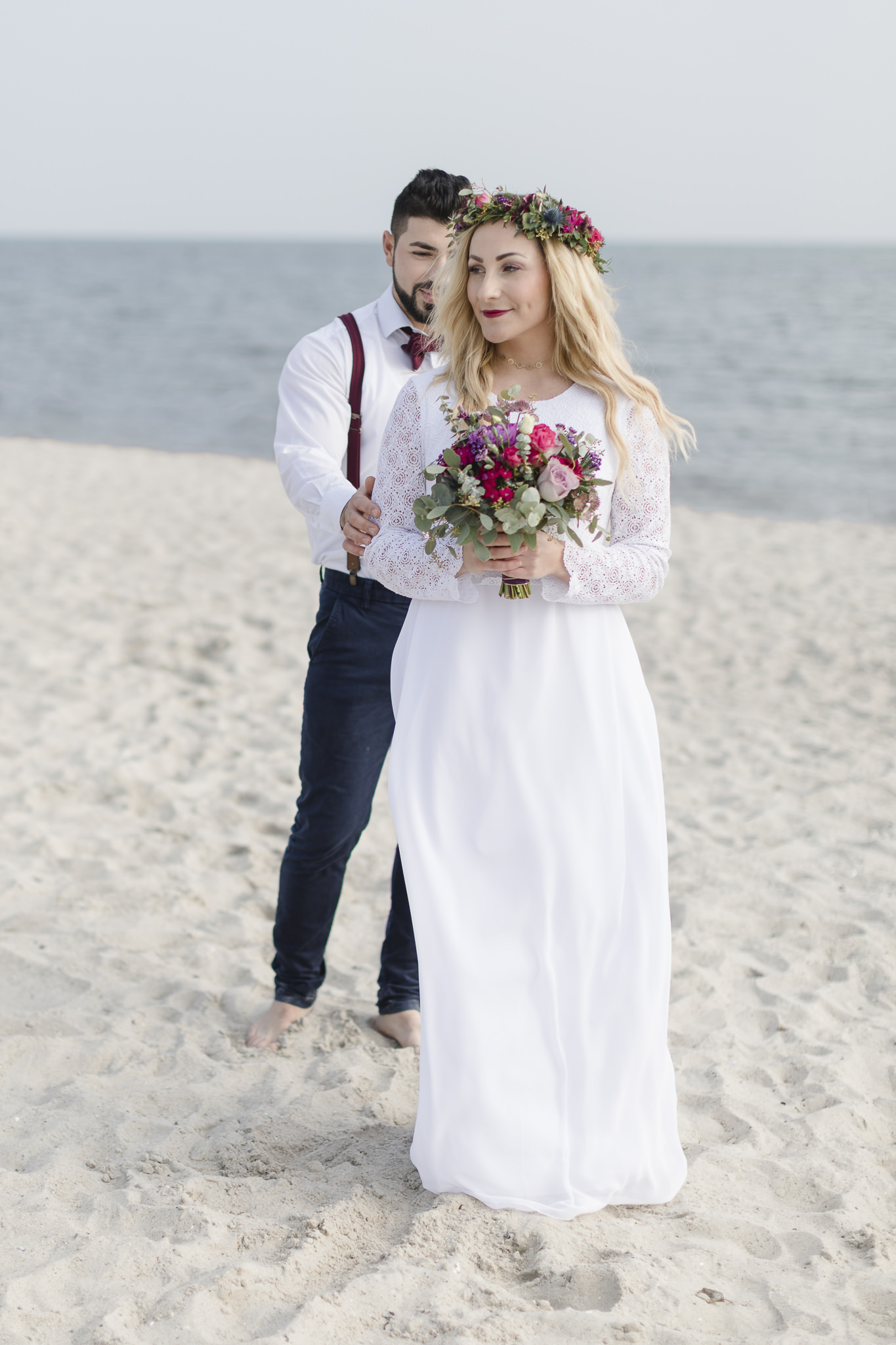 Hochzeitsfotograf Hamburg - Strandhochzeit - Bräutigam tippt Braut beim First Look von hinten auf die Schulter